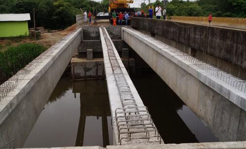 Ponte sobre o Rio Pintado recebe as vigas de sustentação
