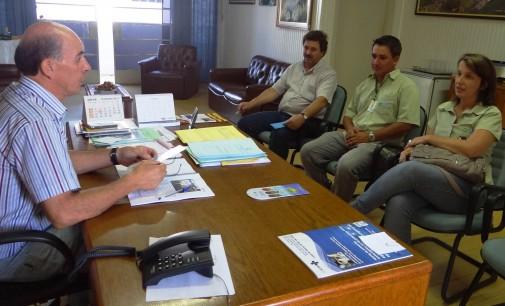 Integrantes da Cooperalfa fazem uma visita ao prefeito Anízio