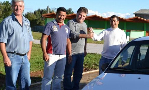 Vereadores de Matos Costa entregam veículo