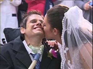 Na imagem o jovem Renato com as ua esposa Fernando, em cerimonia realizada no Hospital Cajuru em Curitiba Foto: RPC TV