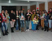 CRAS de General Carneiro promove curso de Flores em E.V.A.