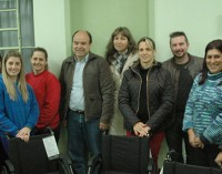 Secretaria Municipal de Saúde doa cadeiras de roda para APAE de General Carneiro
