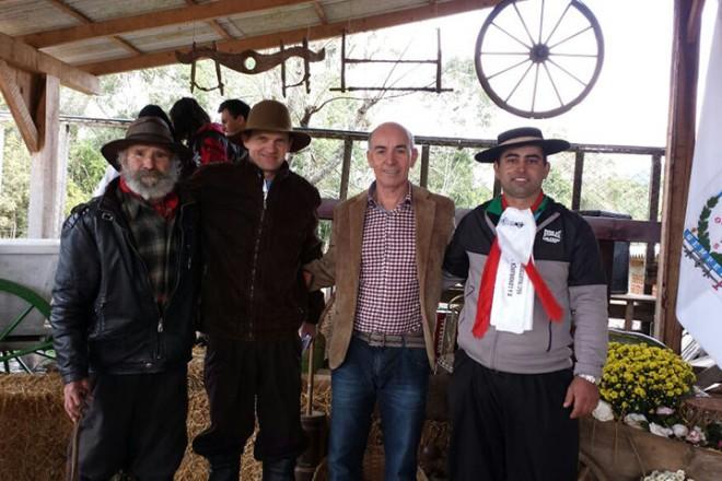 Foto: (esq. – Dir.) Na foto Avelino Camana, Wilson Moser, Prefeito Anízio e Jaime Camana.