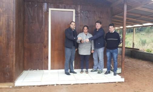 """Prefeito Claudinei entrega """"Casa Rápida"""" no bairro São João em Bituruna"""