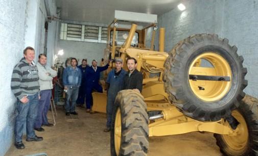 Secretaria de Obras de Cruz Machado realiza reforma de motoniveladora