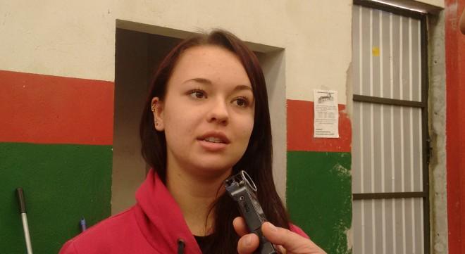 Aluna Nayara Lourenço de Souza, lamenta o fato ocorrido na Câmara de Vereadores  Foto: Marciel Borges/ Rádio Colmeia