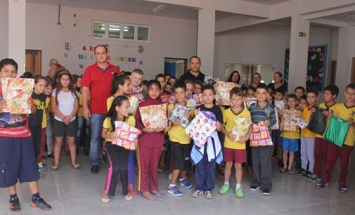 Alunos da rede municipal de Bituruna recebem o kit escolar