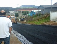 Bairro São João começa a receber asfalto