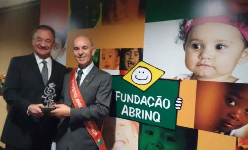 Anízio de Souza recebe Prêmio Prefeito Amigo da Criança