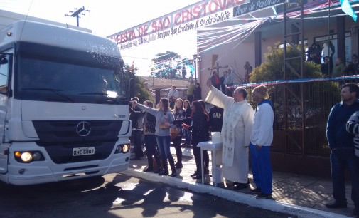 Motoristas participam da procissão de São Cristóvão