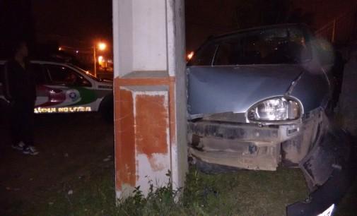 Motorista bate veículo em poste no bairro São Pedro