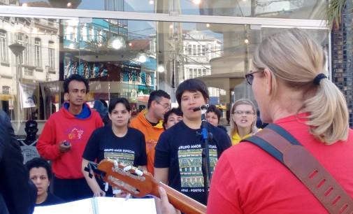 Coral da Apae faz apresentação no centro de Porto União