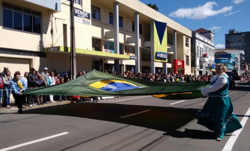 25 mil pessoas acompanham o Desfile nas gêmeas