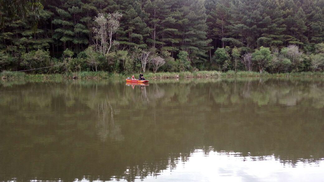 Equipes do Corpo de Bombeiros localizaram o corpo do jovem de 21 anos, nesta quarta-feira, na represa do rio Preto em Matos Costa Foto: Corpo de Bombeiros