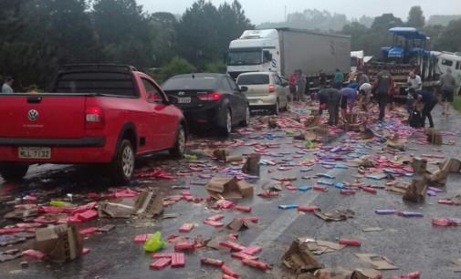 Acidente na BR 476 envolve três caminhões