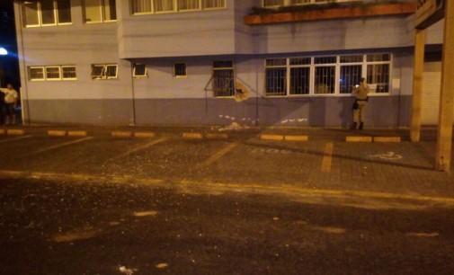 Bandidos arrombam mercado no bairro São Pedro