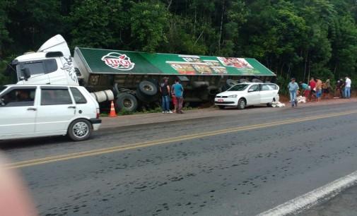 Caminhão sai de pista e carga é saqueada na BR 476