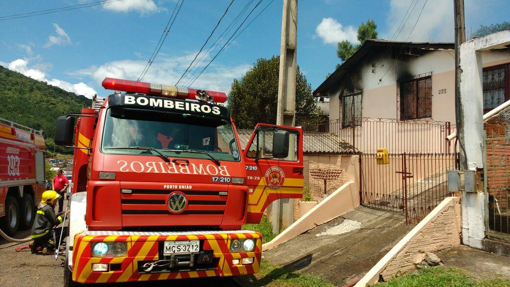O incêndio destruiu dois quartos numa residência no Conjunto Porto União Foto: Tiago Amaral/ Rádio Colmeia