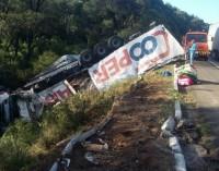 Caminhão tomba na BR 153 em General Carneiro