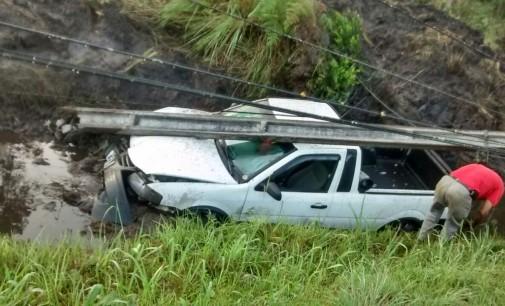 Condutor perde a direção e bate em poste no São Sebastião