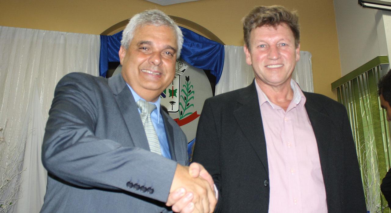Prefeito empossado de General Carneiro Luis Otavio Geller Saraiva (Gaúcho), junto ao seu vice Olcimar Luiz Benazzi Foto: Marciel Borges/ Rádio Colmeia