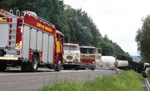 Após colisão com veículo caminhão tomba na BR 476