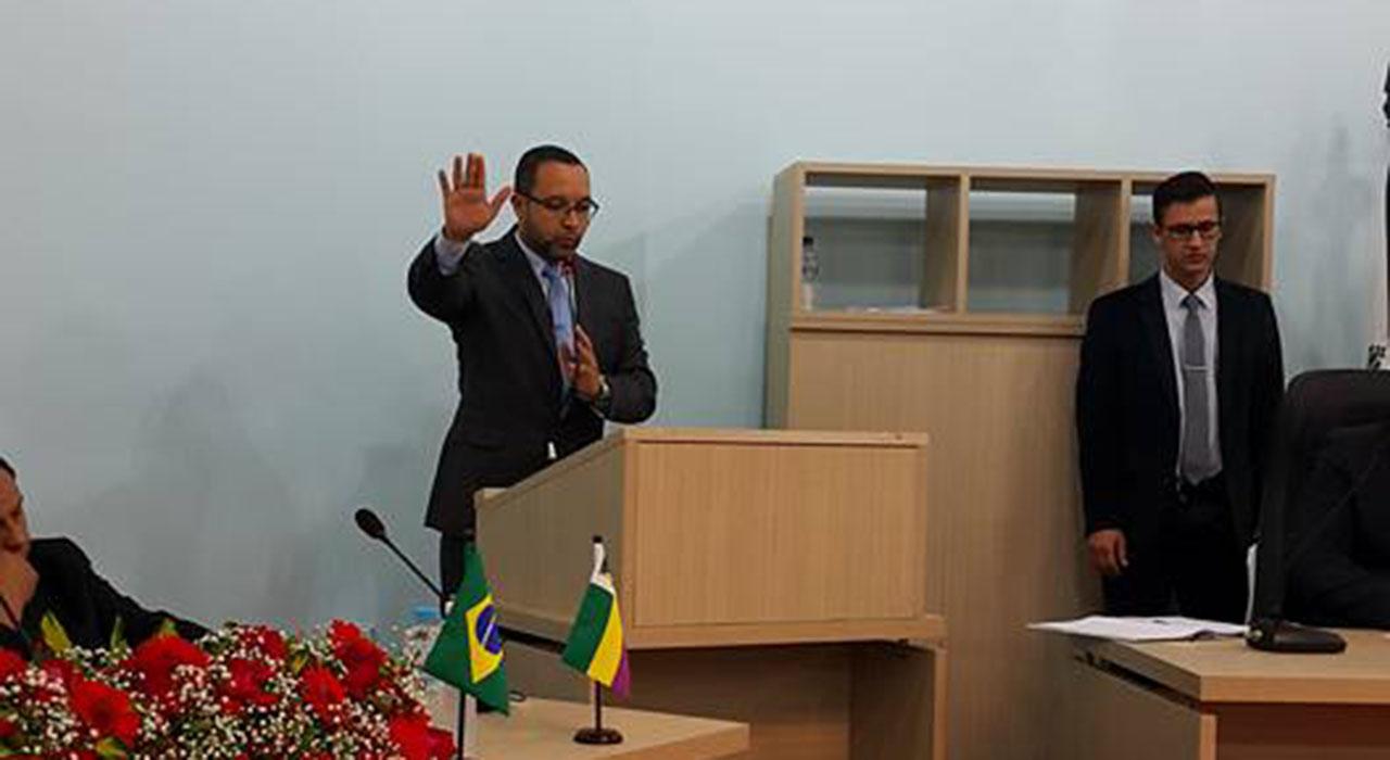 Prefeito Claudinei de Paula Castilho, fazendo o juramento de posse Foto: Divilgação