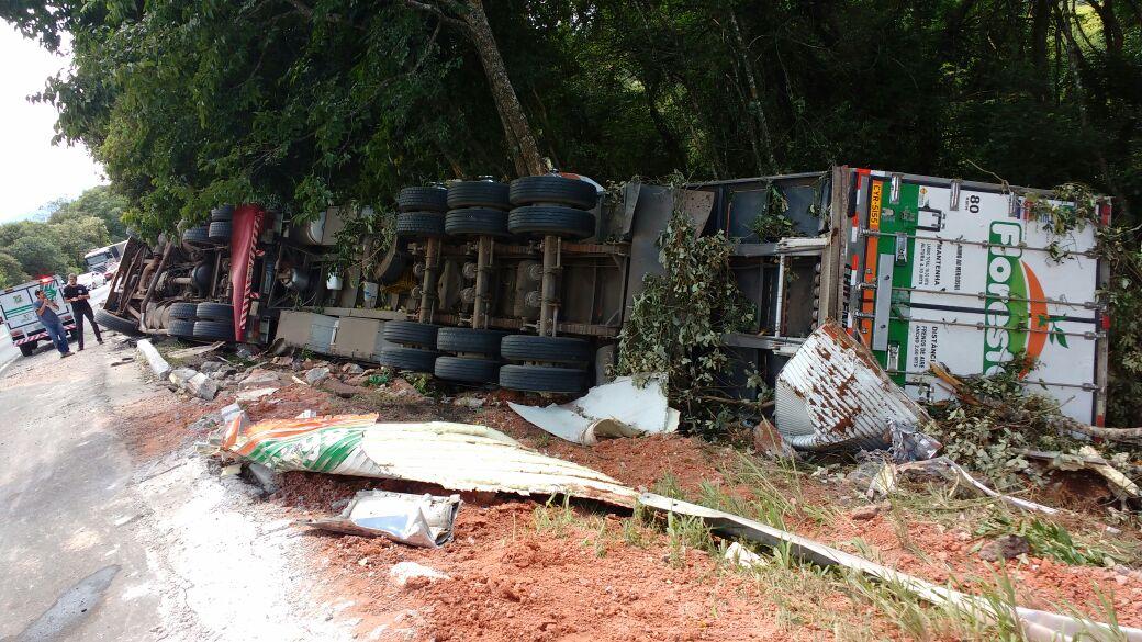 O acidente aconteceu às 4h, da madrugada na BR 153, na Serra do Leão em União da Vitória Foto: Tiago Amaral/ Rádio Colmeia