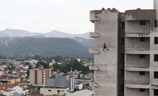 Bombeiros fazem treinamento de rapel em União da Vitória