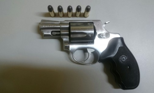 Homem é preso em bar com arma de fogo