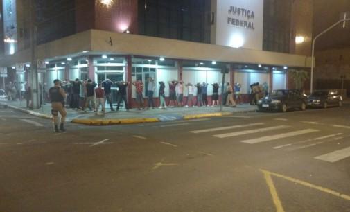 Polícia Militar faz abordagem em bar na avenida Manoel Ribas