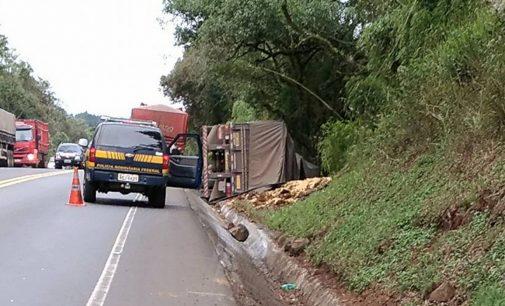 Caminhão tomba na BR 153 em União da Vitória