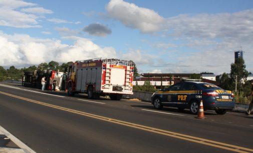 Caminhão tomba no elevado da BR 153 com a BR 476