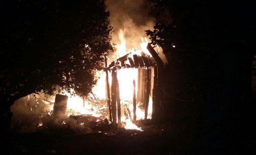 Incêndio destrói moradia no bairro Vice-King