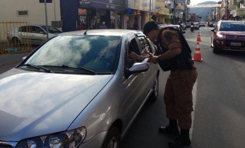 Polícia Militar faz blitz educativa do Maio Amarelo