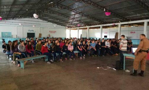 Alunos de Porto Vitória recebem orientação da PM