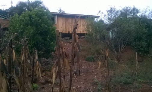 Defesa Civil de General Carneiro retira moradores de área de risco