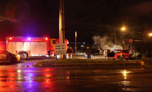 Incêndio destrói parcialmente veículo em UVA