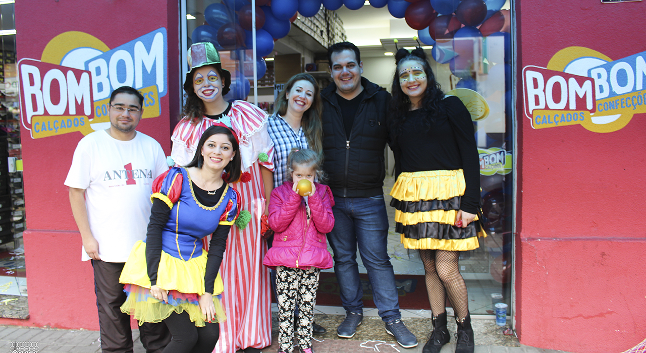 5704c2069 Foto: Katia Luz/ Grupo Colmeia. A Hora da Alegria, realizado na loja Bom  Bom Calçados ...