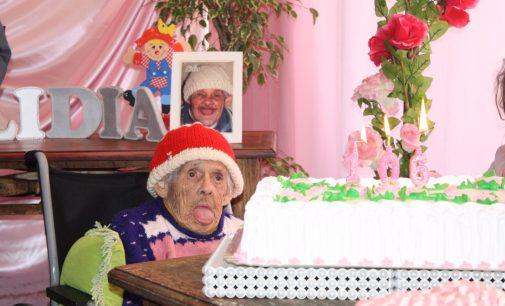 Bombeiros fazem festa de aniversário de 106 anos para dona Lídia