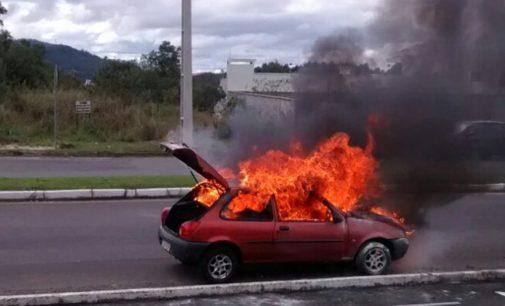 Veículo pega fogo na avenida dos Ferroviários em PU