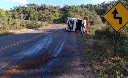 Caminhão tomba na Curva do Tomate na SC 135