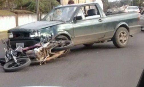Mulher fica ferida após colidir com veículo