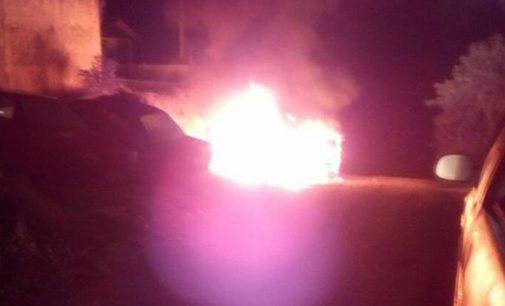 Veículo fica destruído em incêndio no bairro Limeira