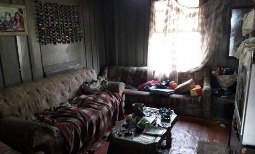 Crianças são abandonadas em local com lixo e drogas