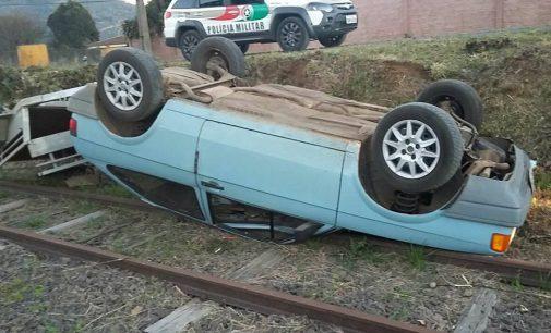 Condutor perde direção e capota nos trilho de trem