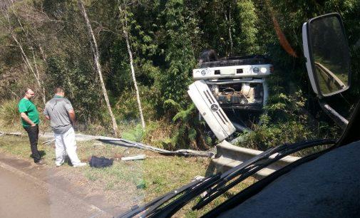 Caminhão tomba na PR 447