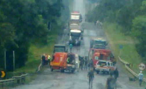 Veículo Van tomba na BR 476 e deixa sete feridos