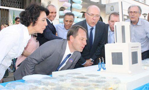 População canta parabéns para PU com bolo de 100 metros