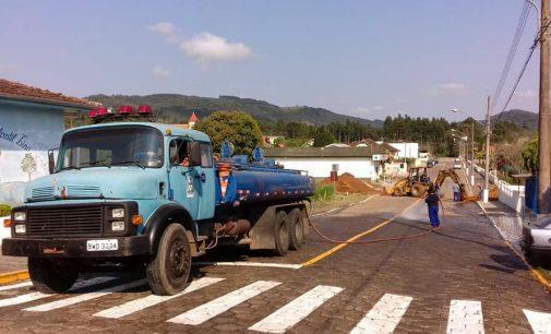 Setor de Obras realiza limpeza geral em Santa Cruz do Timbó